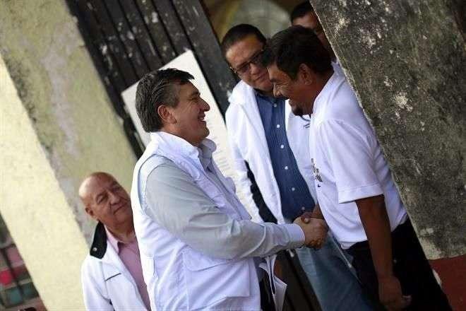 Tras su llegada a la CNDH, Luis Raúl González se reunió con los padres de los normalistas desaparecidos. Foto: Archivo/Reforma