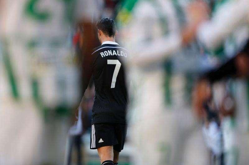 Cristiano Ronaldo, do Real Madrid, deixa o campo após ser expulso na partida contra o Córdoba fora de casa pelo Campeonato Espanhol. Foto: Marcelo del Pozo/Reuters