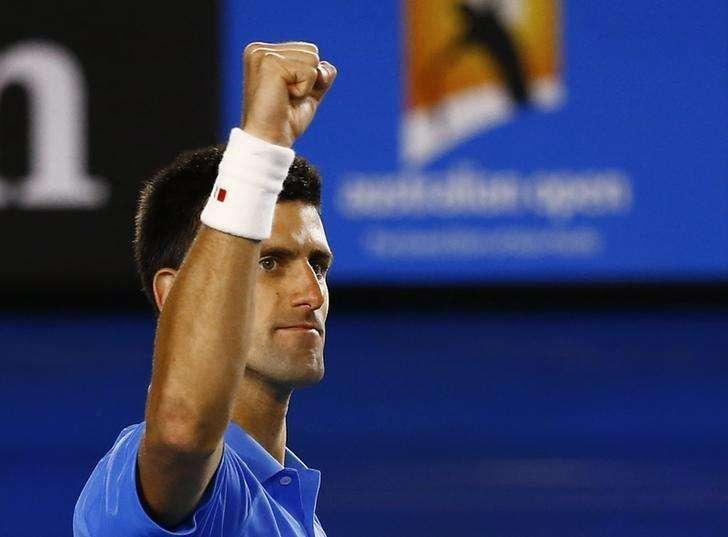 Novak Djokovic, da Sérvia, comemora vitória sobre Milos Raonic, do Canadá, em Melbourne. 28/01/2015 Foto: Issei Kato/Reuters