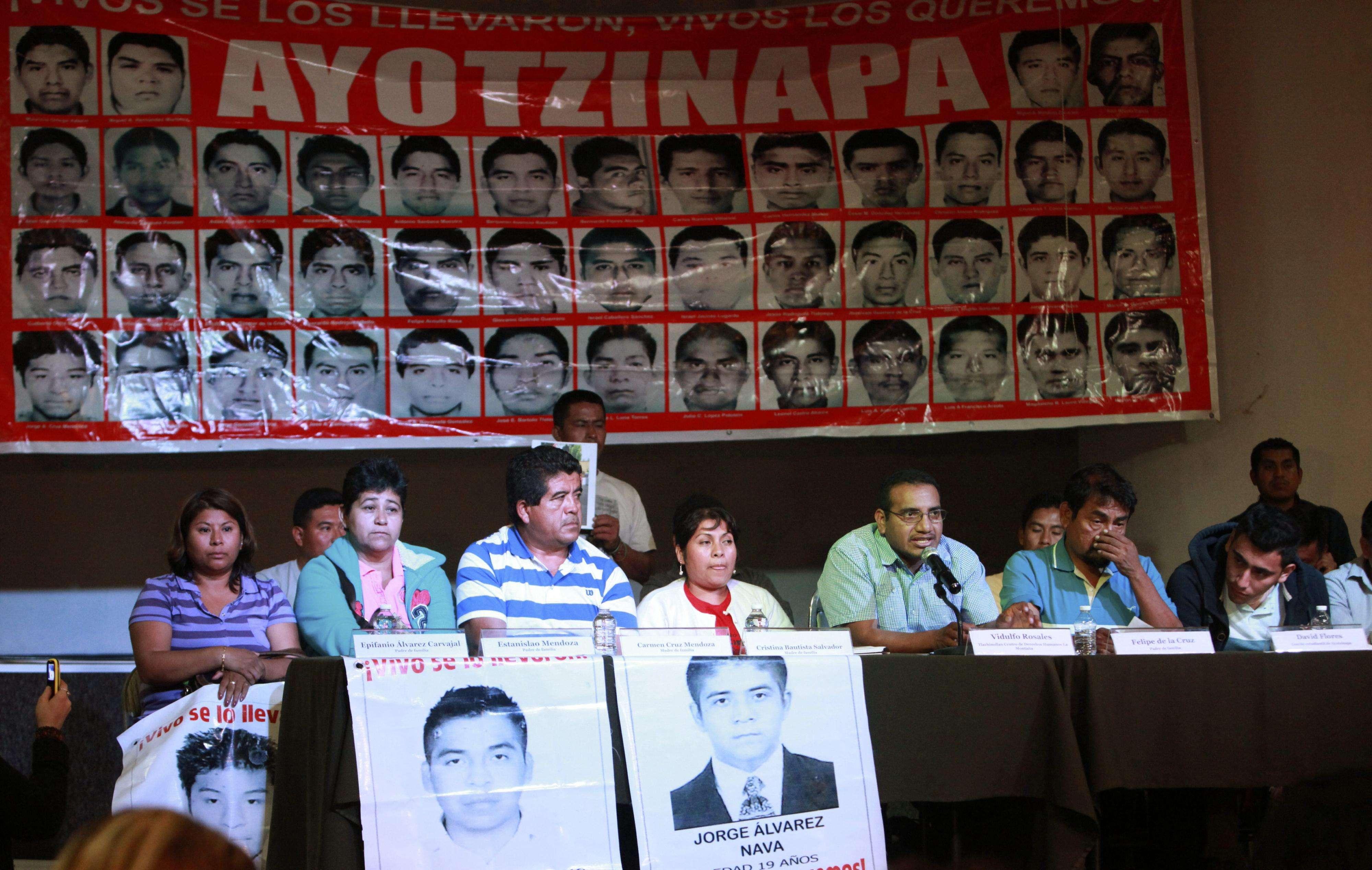 PADRES DICEN QUE FISCALÍA PRETENDE CERRAR CASO IGUALA SIN LLEGAR A LA VERDAD MEX25. CIUDAD DE MÉXICO (MÉXICO), 27/01/2015.- Los padres de los 43 jóvenes desaparecidos de la Normal Rural de Ayotzinapa participan hoy, martes 27 de enero de 2015, durante una rueda de prensa, en Ciudad de México, donde afirmaron que no hay pruebas científicas que confirmen que sus hijos fueron asesinados e incinerados, como lo asegura la fiscalía mexicana, a la que acusan de pretender cerrar el caso por la cercanía de las elecciones. EFE/Sáshenka Gutiérrez Foto: EFE en español