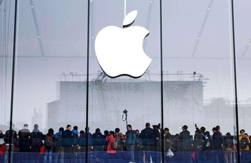Consumidores se reúnen para la inauguración de una tienda de Apple en Hangzhou, provincia de Zhejiang. Imagen de archivo, 24 enero, 2015. Apple Inc reportó el martes un crecimiento del 29,5 por ciento en sus ingresos trimestrales, mucho mejor al estimado y apuntalado por las ventas récord de sus teléfonos iPhone 6 y 6 Plus durante la última temporada navideña. Foto: Stringer/Reuters
