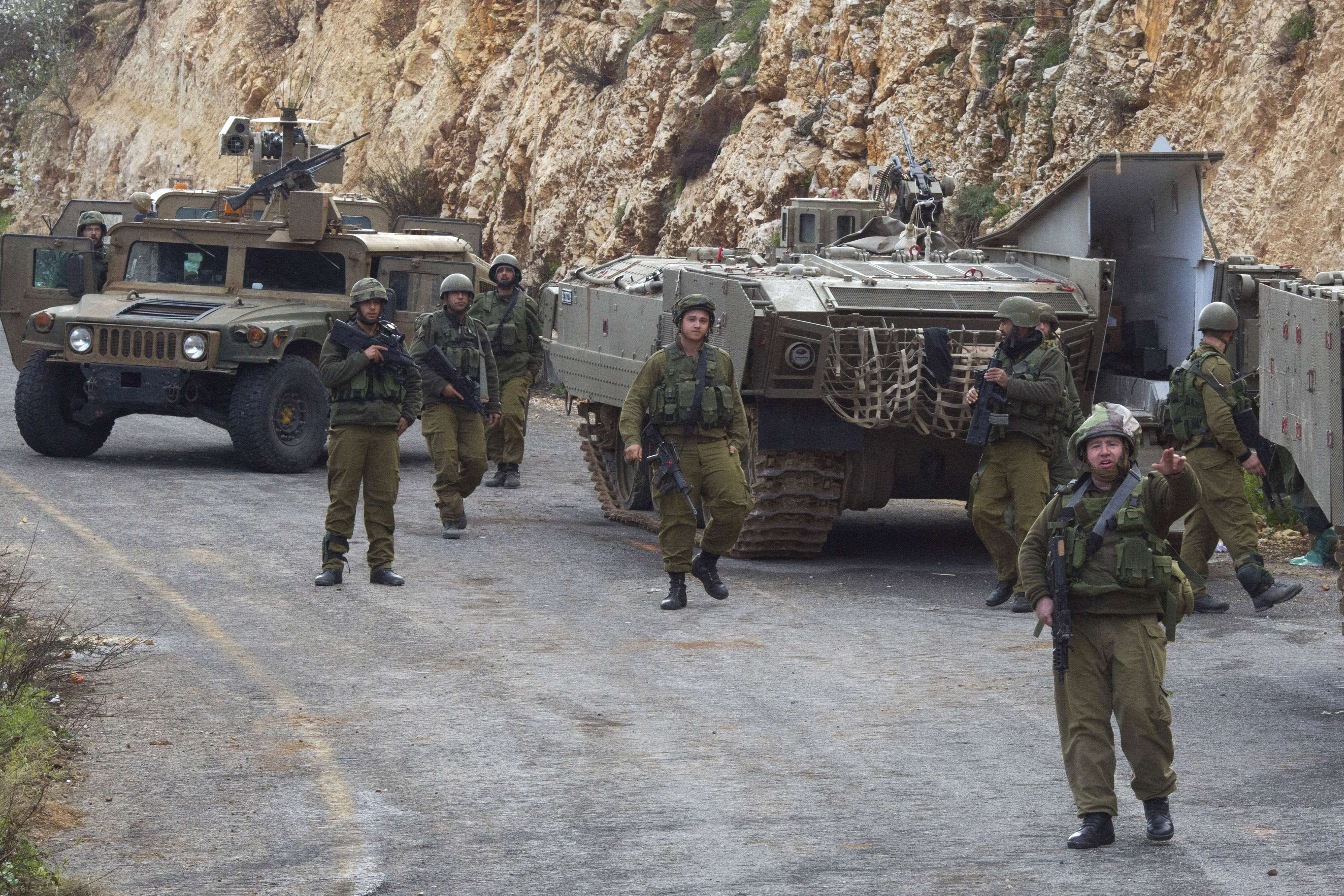 Tropas israelenses patrulham a fronteira com o Líbano após ataques de ambos os lados Foto: Ariel Schalit/AP