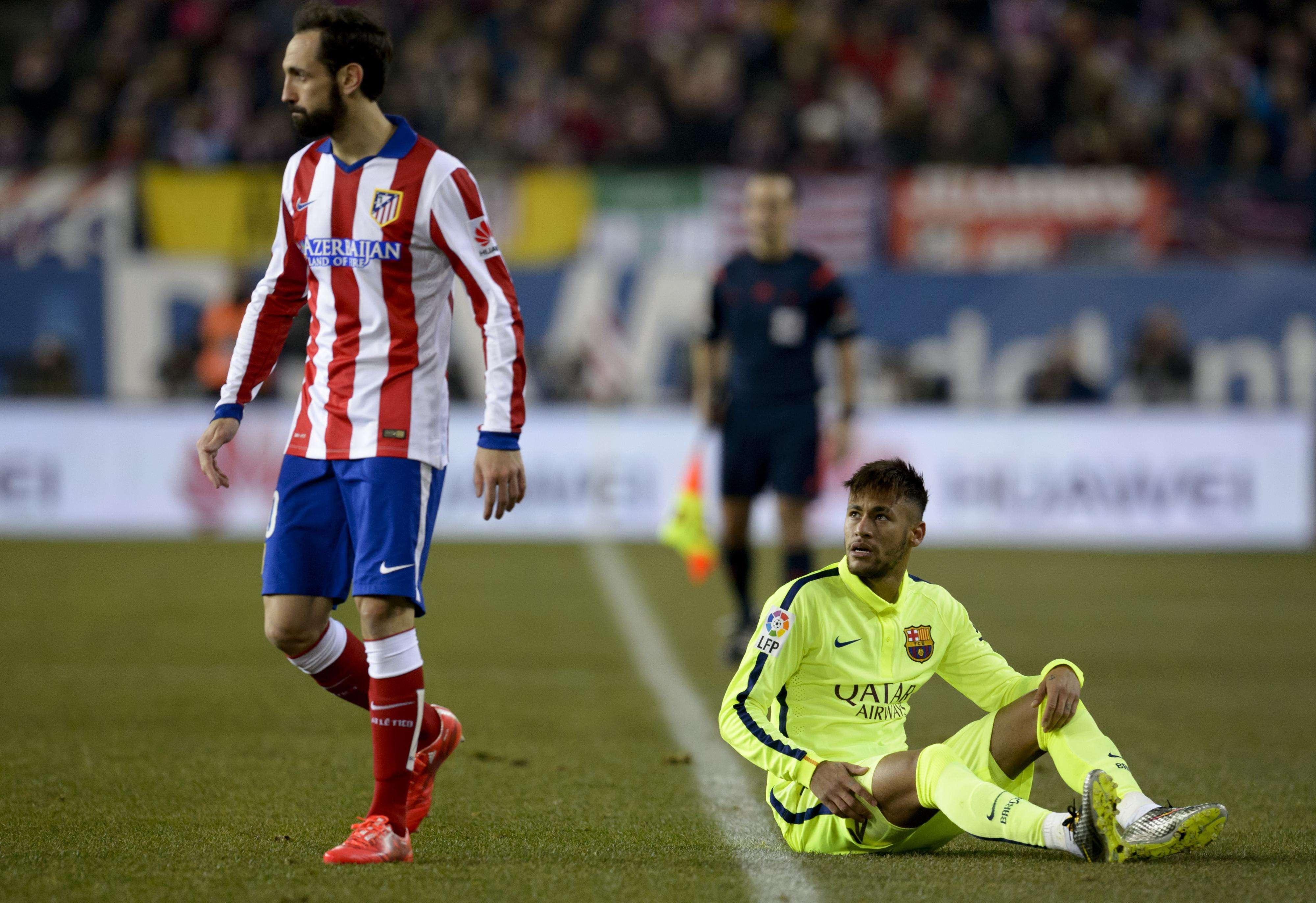"""Discussão entre Neymar e Juanfran terminou com gesto de """"7"""" do espanhol, em clara referência ao 7 a 1 da Alemanha na Copa de 2014 Foto: Dani Pozo/AFP"""