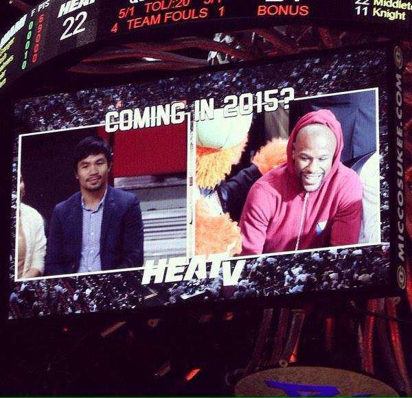 """Manny Pacquiao y Floyd Mayweather fueron captados por las cámaras de televisión de la cadena que transmite al Heat, y en las pantallas escribieron sobre las imágenes de los pugilistas: """"¿Llegará en 2015?"""". Foto: Tomada del Twitter @MiamiHEAT"""