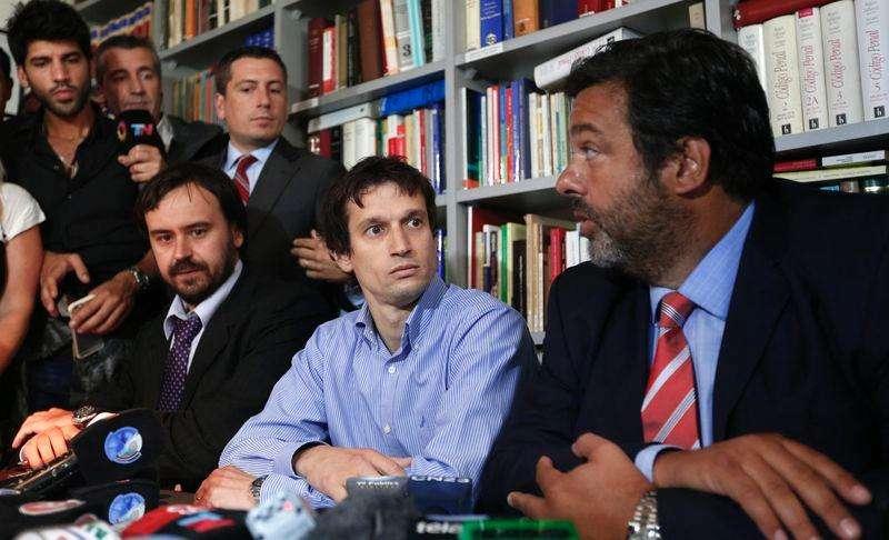 Diego Lagomarsino (centro), ao lado de seus advogados, concede entrevista coletiva em Buenos Aires, na Argentina, nesta quarta-feira. 28/01/2015 Foto: Enrique Marcarian/Reuters
