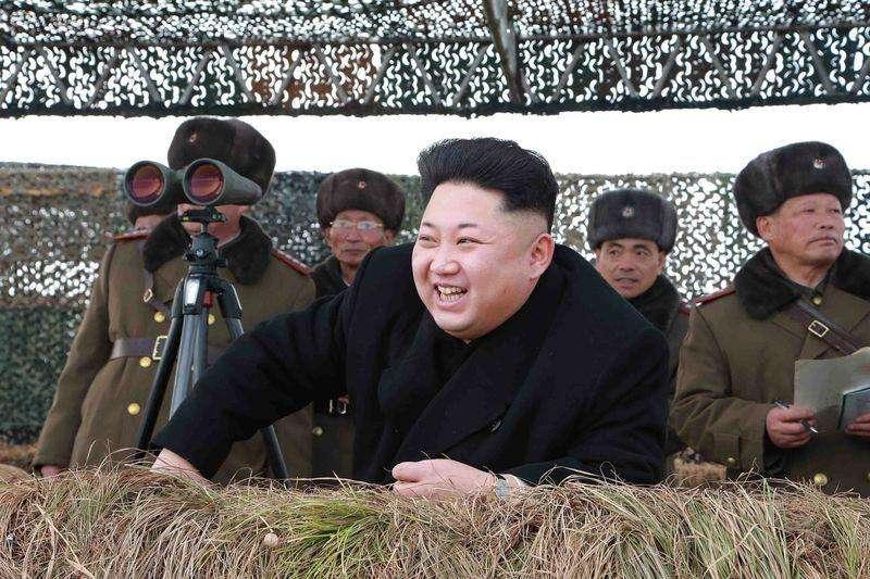 Líder norte-coreano, Kim Jong Un, assiste um exercício militar em foto divulgada pela agência de notícias KCNA, sem especificar a data. 27/1/2015 Foto: KCNA/Reuters