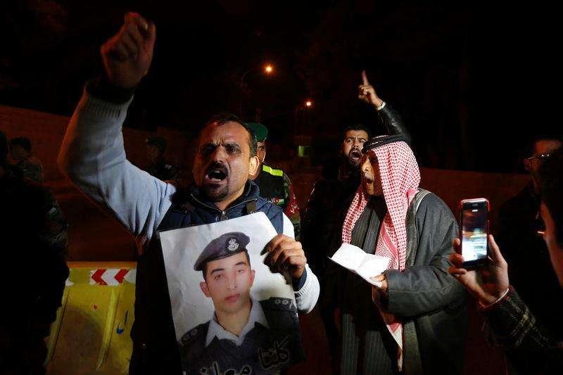 Parente de piloto jordaniano mantido refém pelo Estado Islâmico protesta em frente ao Palácio Real em Amã, capital da Jordânia, nesta quarta-feira. 28/01/2015 Foto: Muhammad Hamed/Reuters