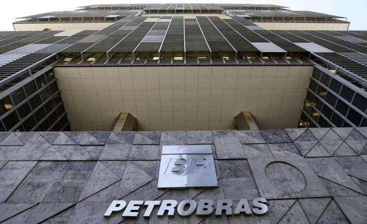 """Vista de la sede de Petrobras en Rio de Janeiro. Imagen de archivo, 16 diciembre, 2014. La petrolera estatal de Brasil Petrobras reportó el miércoles una ganancia neta no auditada en el tercer trimestre de 3.090 millones de reales (1.200 millones de dólares) después de que su directorio dijo que resultó """"poco práctico"""" estimar el valor de los cargos ligados a un escándalo de corrupción. Foto: Sergio Moraes/Reuters"""