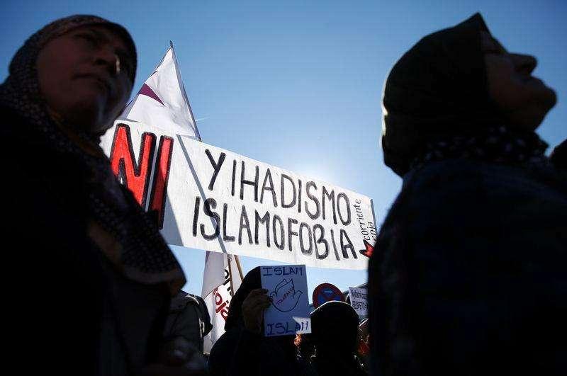 """Francia presentó el miércoles un video y un sitio de Internet diseñados para disuadir a potenciales yihadistas de unirse a grupos islamistas que luchan en Siria e Irak, países a los que reclutadores han enviado cientos de occidentales usando las redes sociales. En la imagen, dos mujeres delante de una pancarta en la quese lee """"Ni yihadismo ni islamofobia"""" en una marcha en Madrid el 11 de enero de 2015. Foto: Juan Medina/Reuters"""