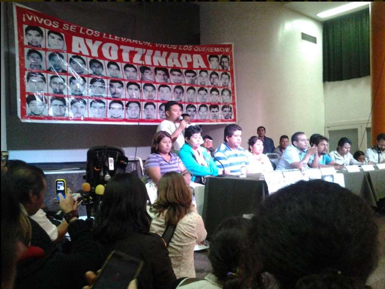 Padres de los 43 normalistas desaparecidos en Iguala, Guerrero, el 26 de septiembre señalaron que no permitirán que se le dé carpetazo al caso Ayotzinapa y advirtieron que llegarán hasta las últimas consecuencias, ya que la intención de las autoridades federales es cerrar el asunto. Foto: @CentroProdh