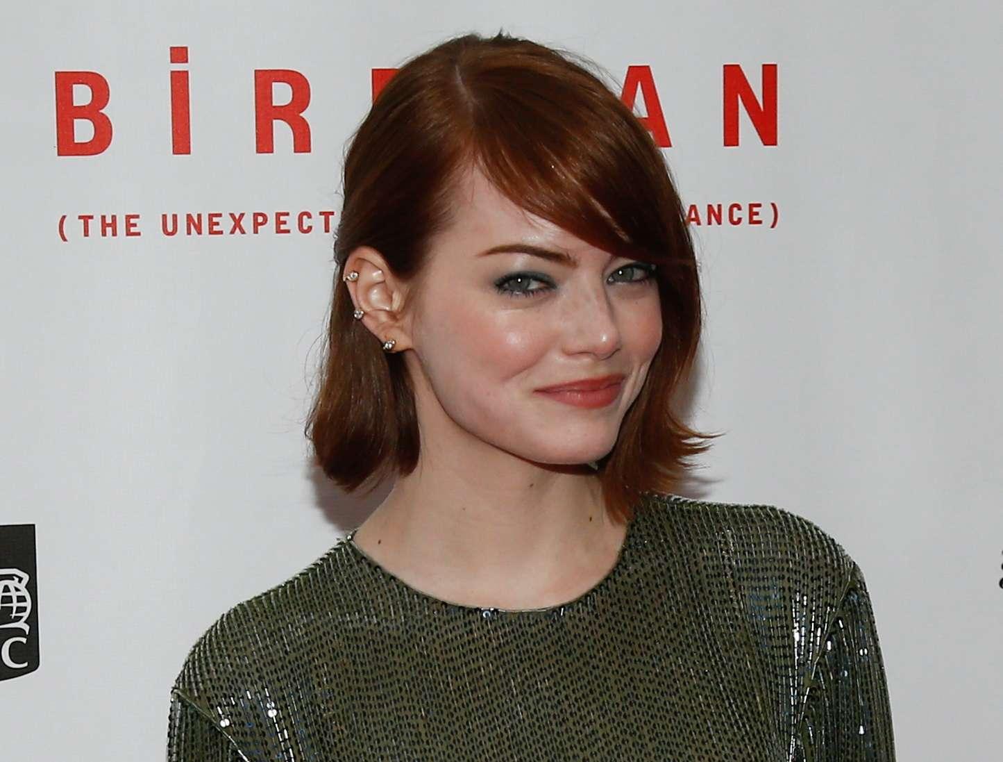 Emma Stone, de Birdman, voltou a usar os fios ruivos, dessa vez um tom mais forte que o laranja que exibiu no início de 2014, e ousa com Chanel assimétrico com pontas desfiadas Foto: Debby Wong / Shutterstock.com