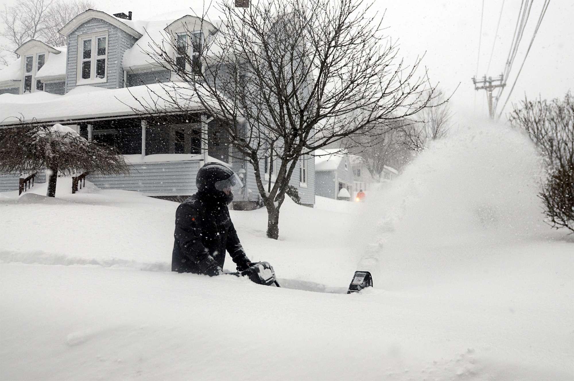 John Slasell retira nieve que le llega casi hasta la cintura en una acera en la calle Slater en la localidad de Webster, Massachusetts, el martes 27 de enero de 2015. Foto: AP en español