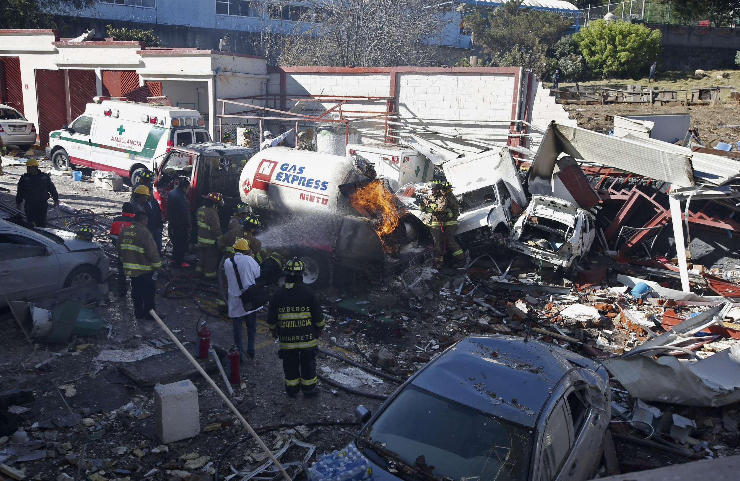 Una fuerte explosión de gas ocurrida hoy en un hospital materno infantil en Ciudad de México dejó al menos siete muertos, tres de ellos bebés, y 50 heridos, informaron hoy las autoridades, que no descartan que aún haya personas bajo los escombros. Foto: AP en español