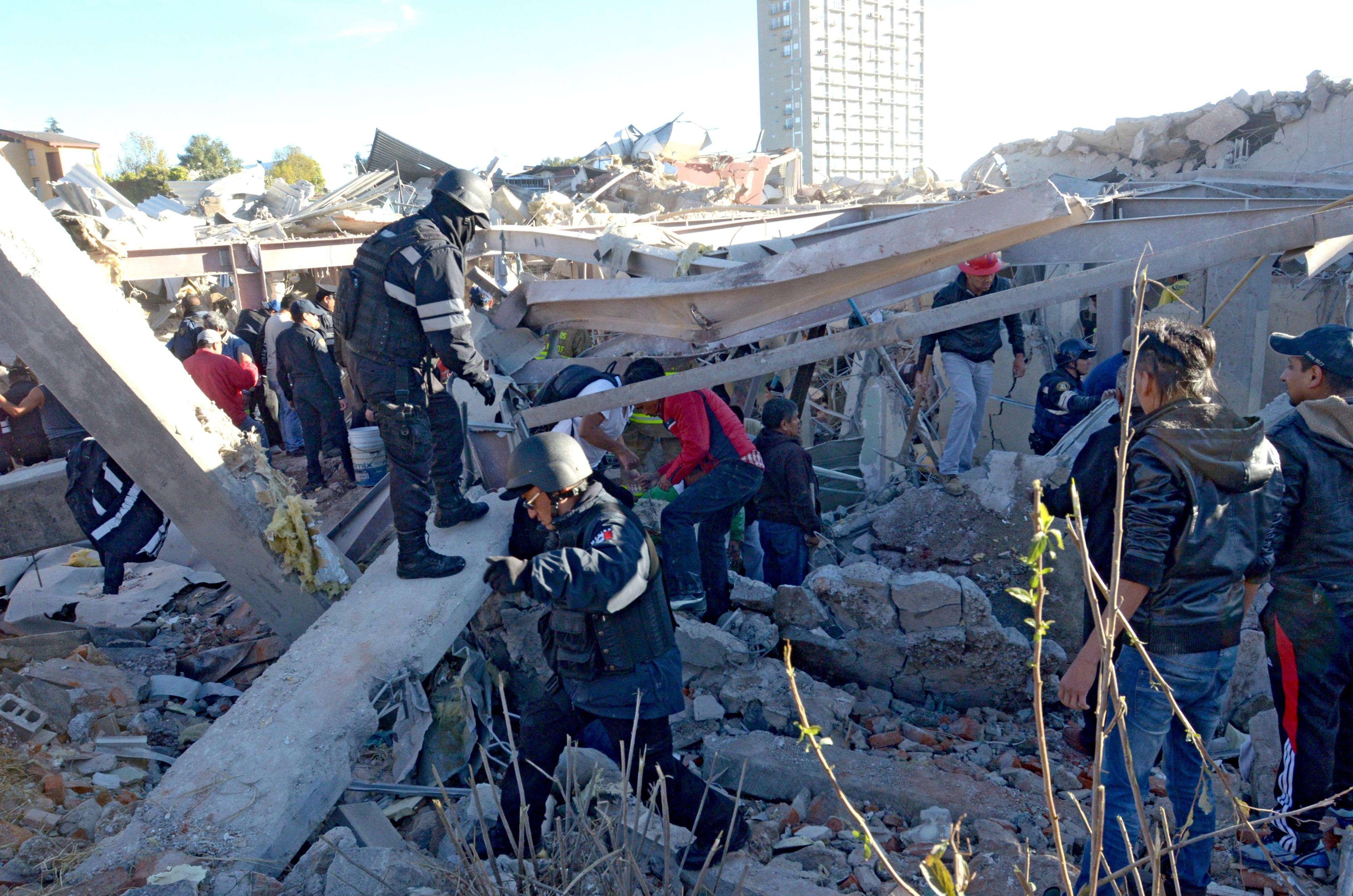 Una fuerte explosión de gas ocurrida hoy en un hospital materno infantil en Ciudad de México dejó al menos siete muertos, tres de ellos bebés, y 50 heridos, informaron hoy las autoridades, que no descartan que aún haya personas bajo los escombros. Foto: AFP en español