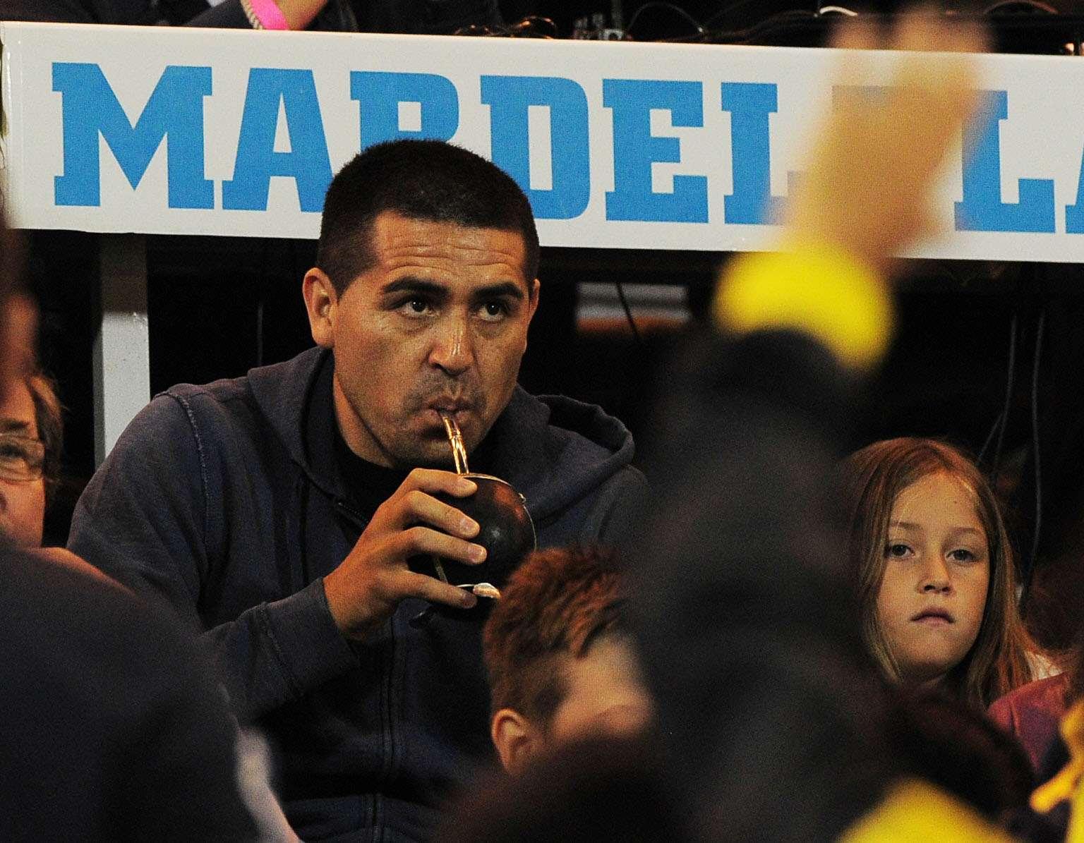 Riquelme toma mate durante el partido desempate en Mar del Plata. Foto: Noticias Argentinas