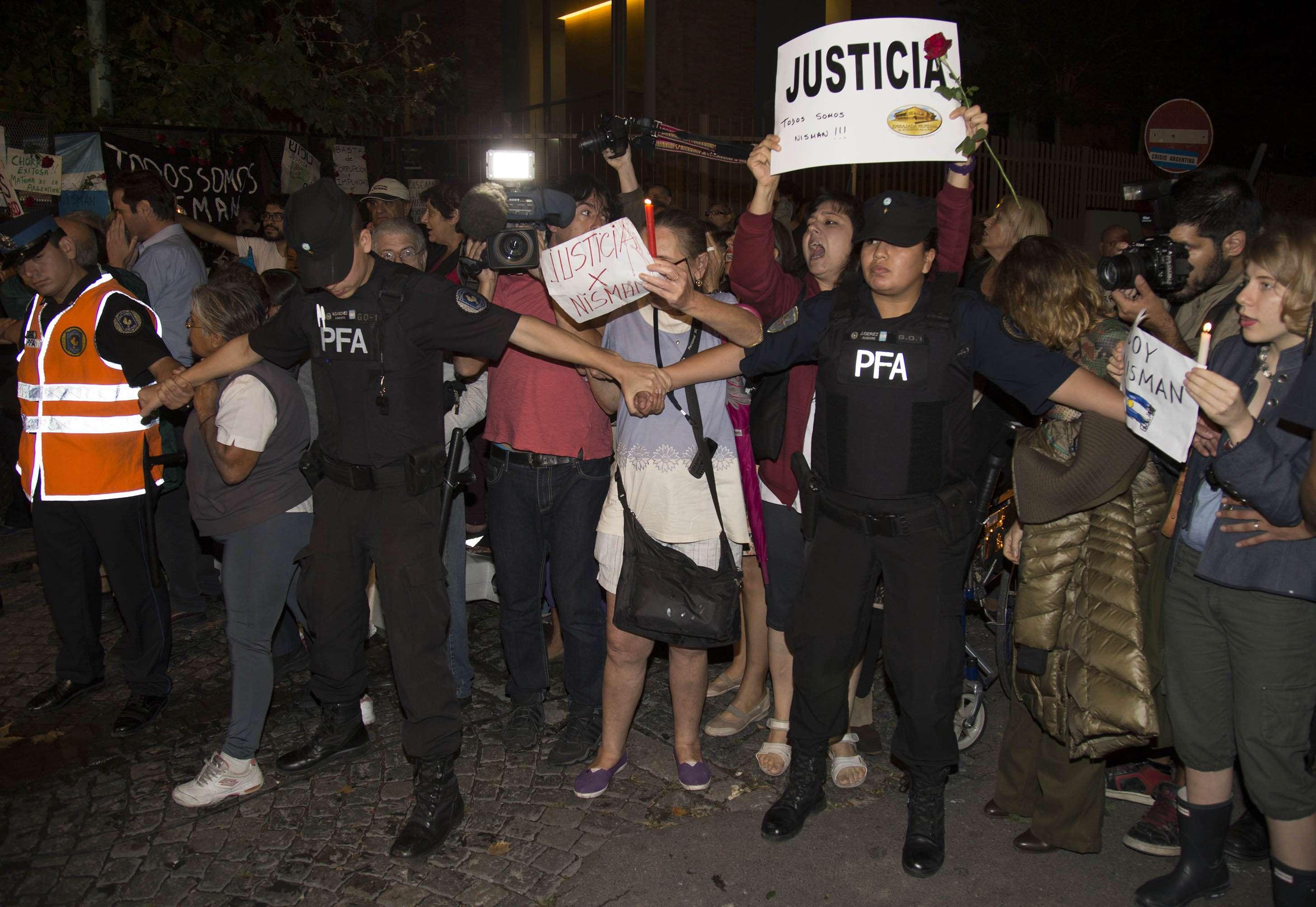 Allegados y público en general se acercó a la casa velatoria donde despedían los restos del fiscal Alberto Nisman en el barrio porteño de Belgrano. Foto: NA
