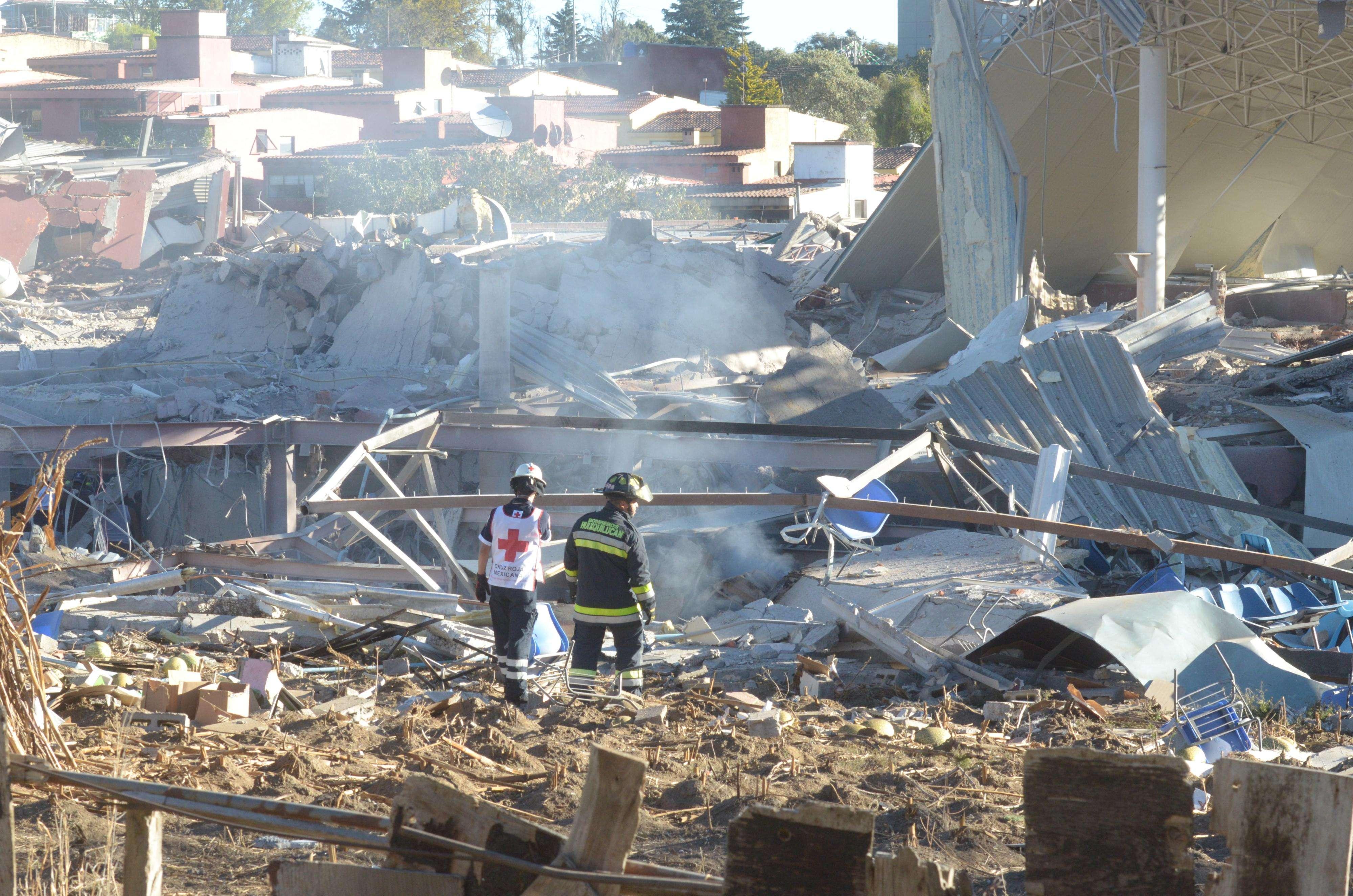Una fuerte explosión de gas ocurrida hoy en un hospital materno infantil en Ciudad de México dejó al menos siete muertos, tres de ellos bebés, y 50 heridos, informaron hoy las autoridades, que no descartan que aún haya personas bajo los escombros. Un 30 por ciento del hospital se derrumbó. Los bomberos ya han controlado el fuego y buscan si hay más víctimas o lesionados. Los heridos han sido trasladados a otros hospitales. Diez son empleados del hospital. Foto: AFP en español