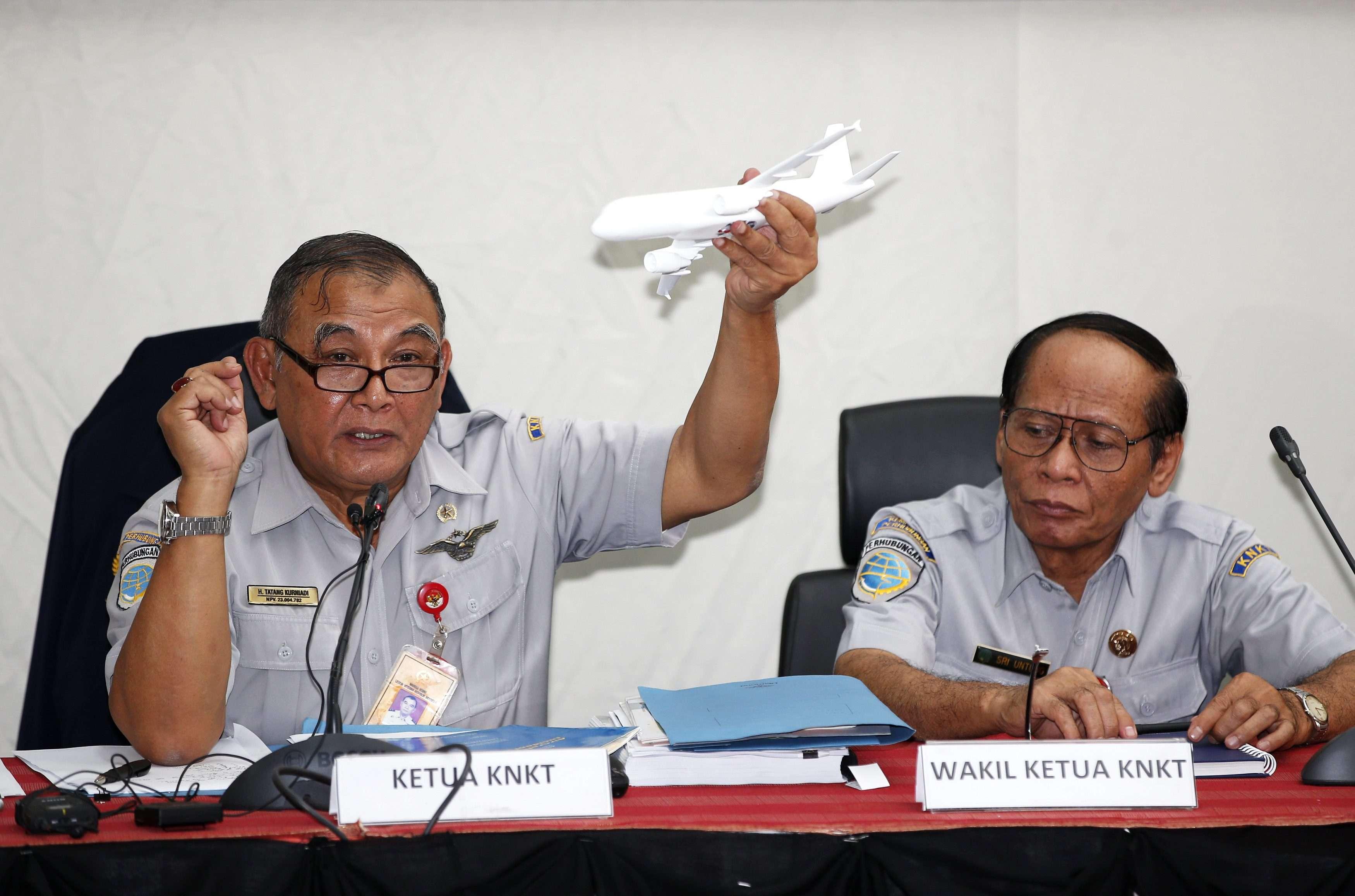 El responsable del Comité Nacional para la Seguridad en el Transporte de Indonesia, Tatang Kurniadi, ofrece una rueda de prensa sobre la caja negra del vuelo QZ8501 de AirAsia Foto: Reuters