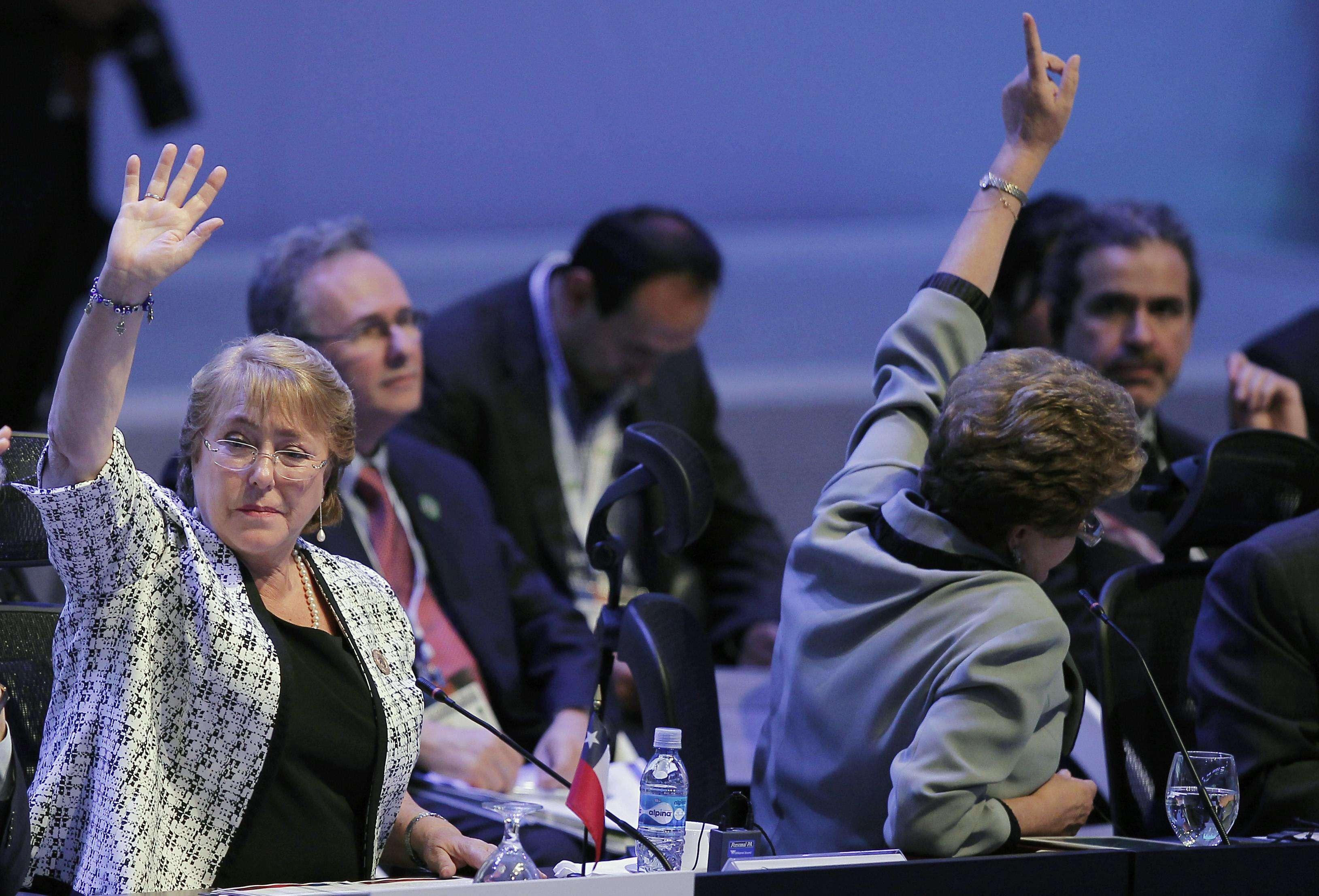 La presidenta Michelle Bachelet junto a su par brasileña Dilma Rousseff (de espaldas) votan en la clausura de la reunión de la CELAC en Costa Rica, el 28 de enero de 2015. Foto: Reuters In English