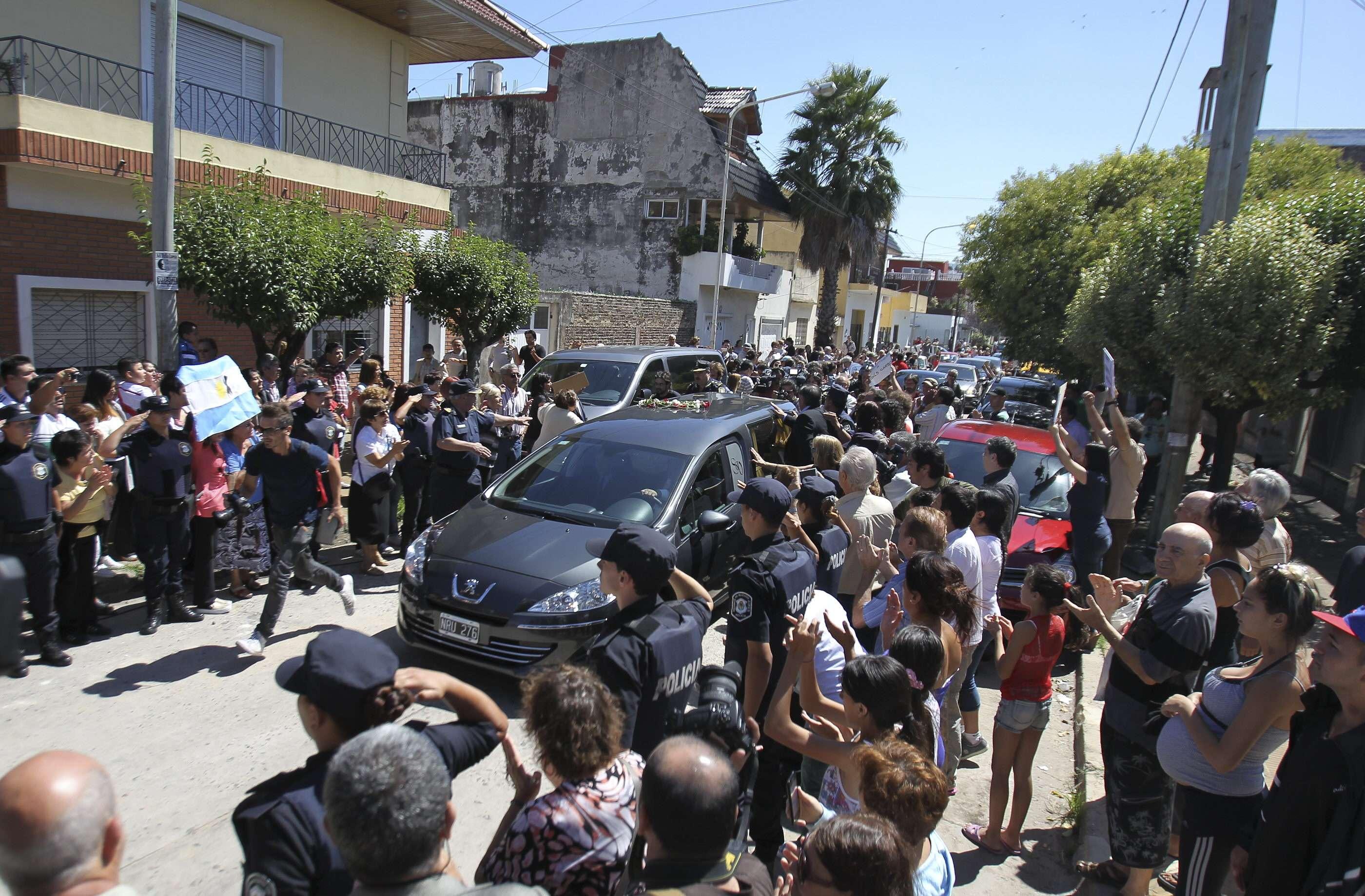 El fiscal Alberto Nisman fue enterrado este jueves en el sector nuevo del cementerio de La Tablada, donde descansan los restos de los caídos en las guerras de Israel. Próximo al sitio donde descansarán sus restos, se levantaron gazebos de lona color verde para albergar a los asistentes a la ceremonia religiosa con la que se dio el último adiós a Nisman. Foto: EFE