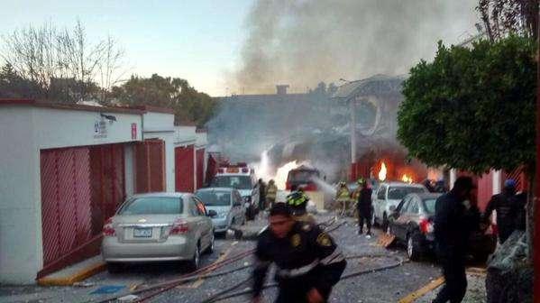 Otro ángulo en el momento en que bomberos apagaban el fuego de la explosión en Cuajimalpa. Foto: @AdrianRubalcava/Twitter