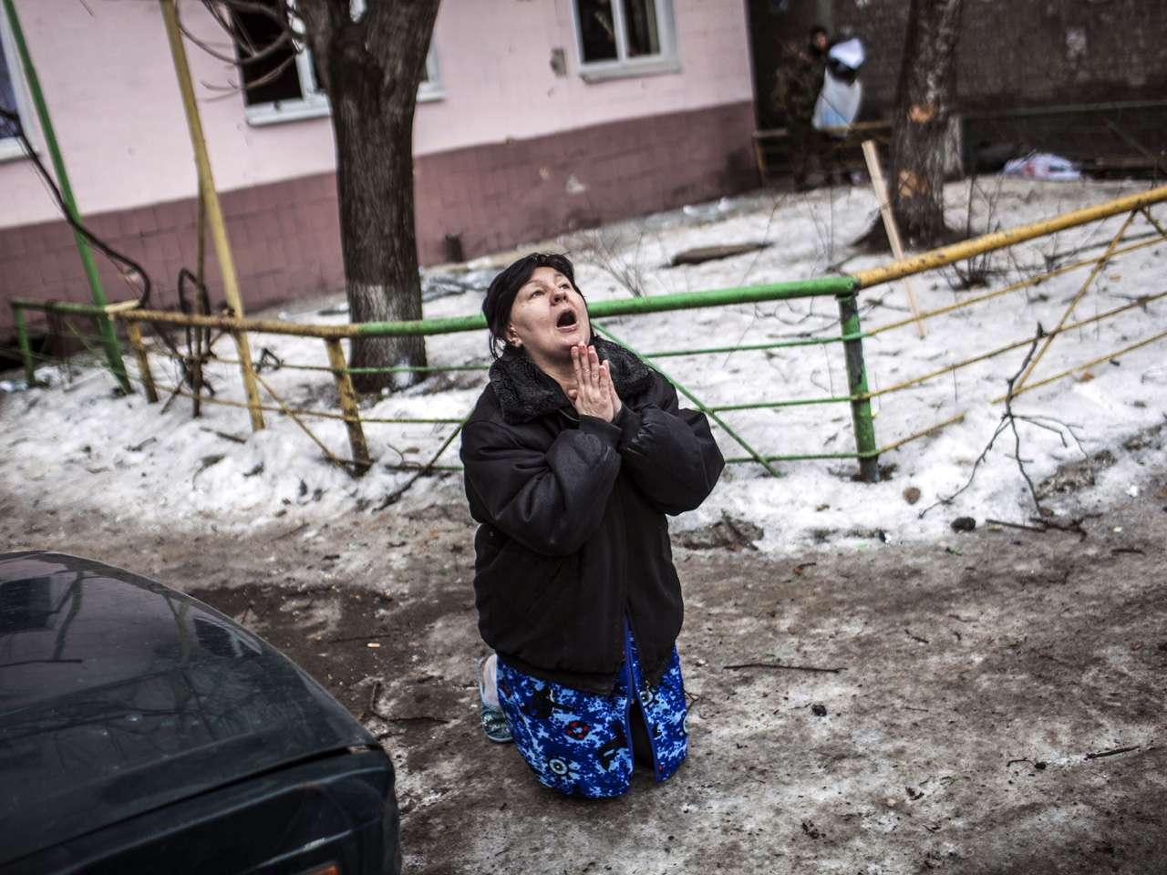 Una mujer ucraniana pide al presidente ucraniano, Petro Poroshenko, detener los bombardeos en Donetsk después de proyectil cayó en la zona residencial donde vive, matando a dos civiles en el distrito Kyibishevsky. Foto: AFP en español