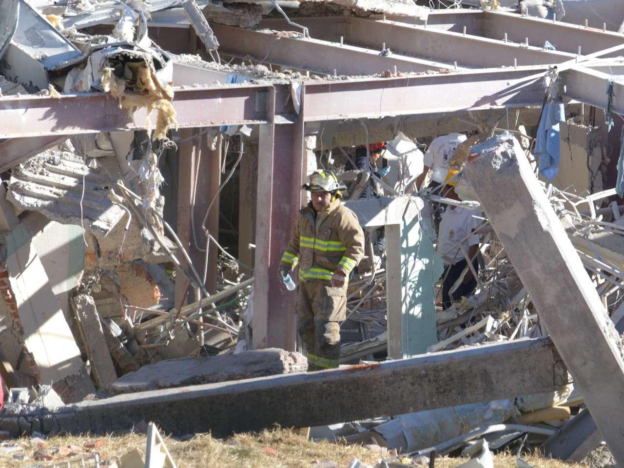 Equipos de rescate trabajan entre los escombros causados por una explosión en un hospital en Cuajimalpa, Ciudad de México. Las autoridades reportaron al menos dos personas muertas y decenas de heridos. Foto: AFP en español