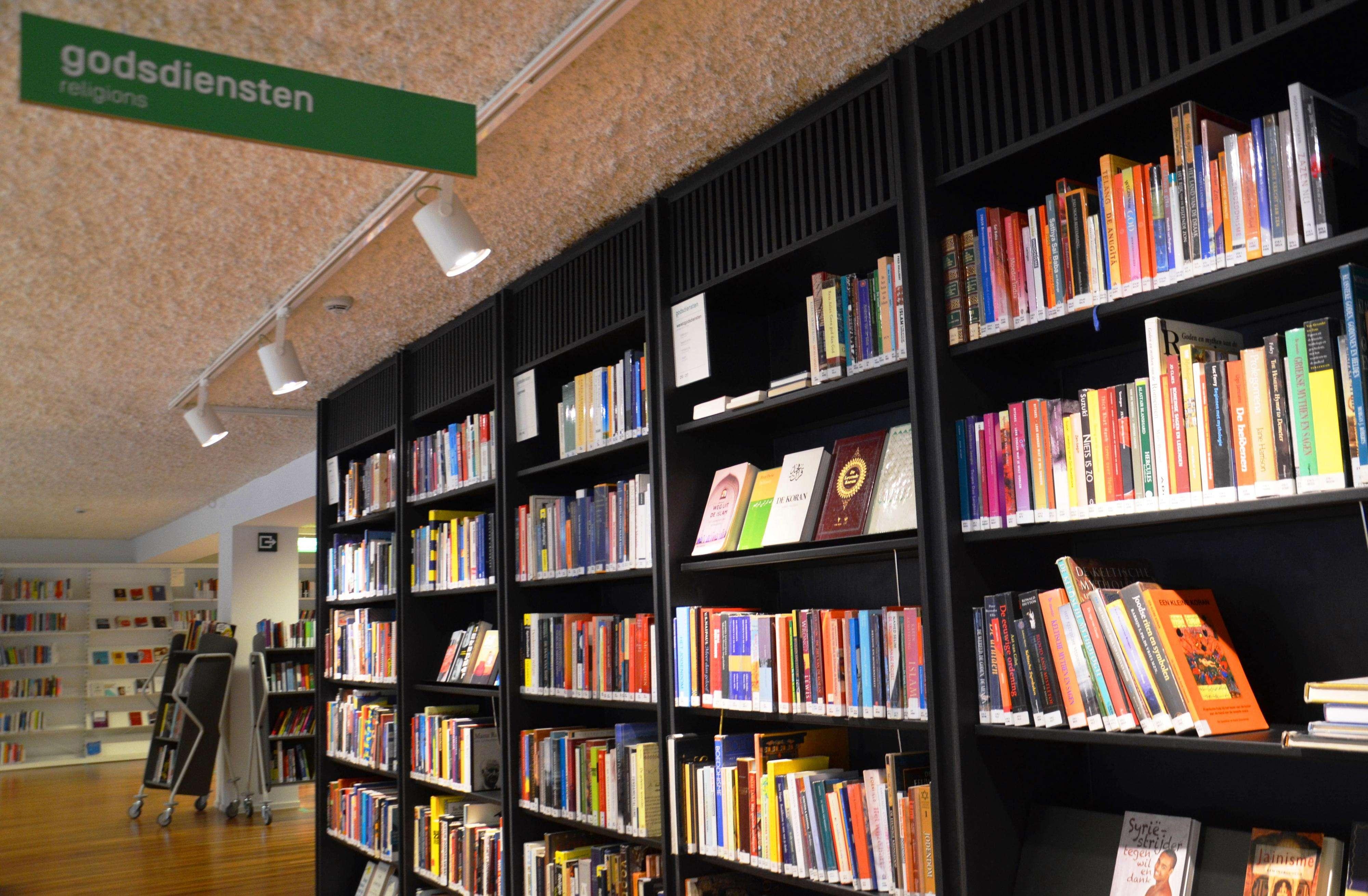 Seção sobre Religião em biblioteca pública de Bruxelas Foto: Viviane Vaz/Especial para Terra