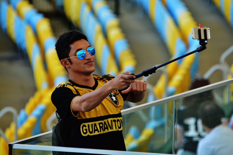 Botafoguense usa pau de selfie para tirar foto no Maracanã Foto: Carlos Monteiro/Futura Press