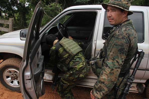 Militares paraguayos inspeccionan la camioneta de la pareja alemana Foto: AFP