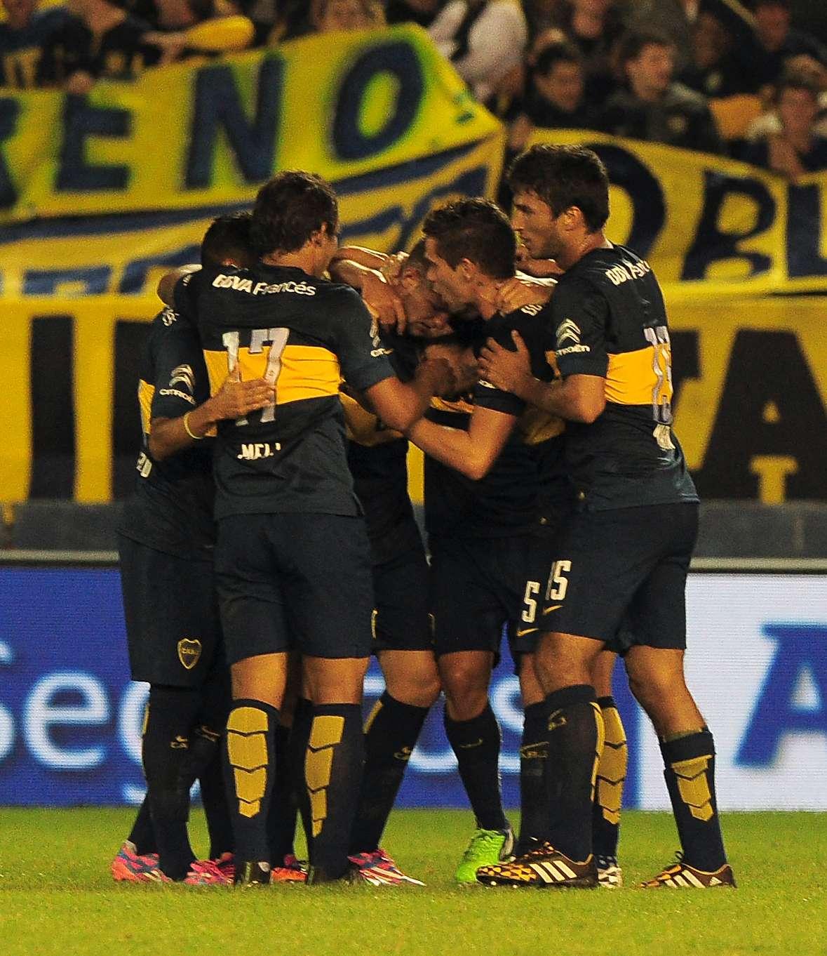 Todos abrazan a Colazo, autor de un golazo. Foto: Noticias Argentinas