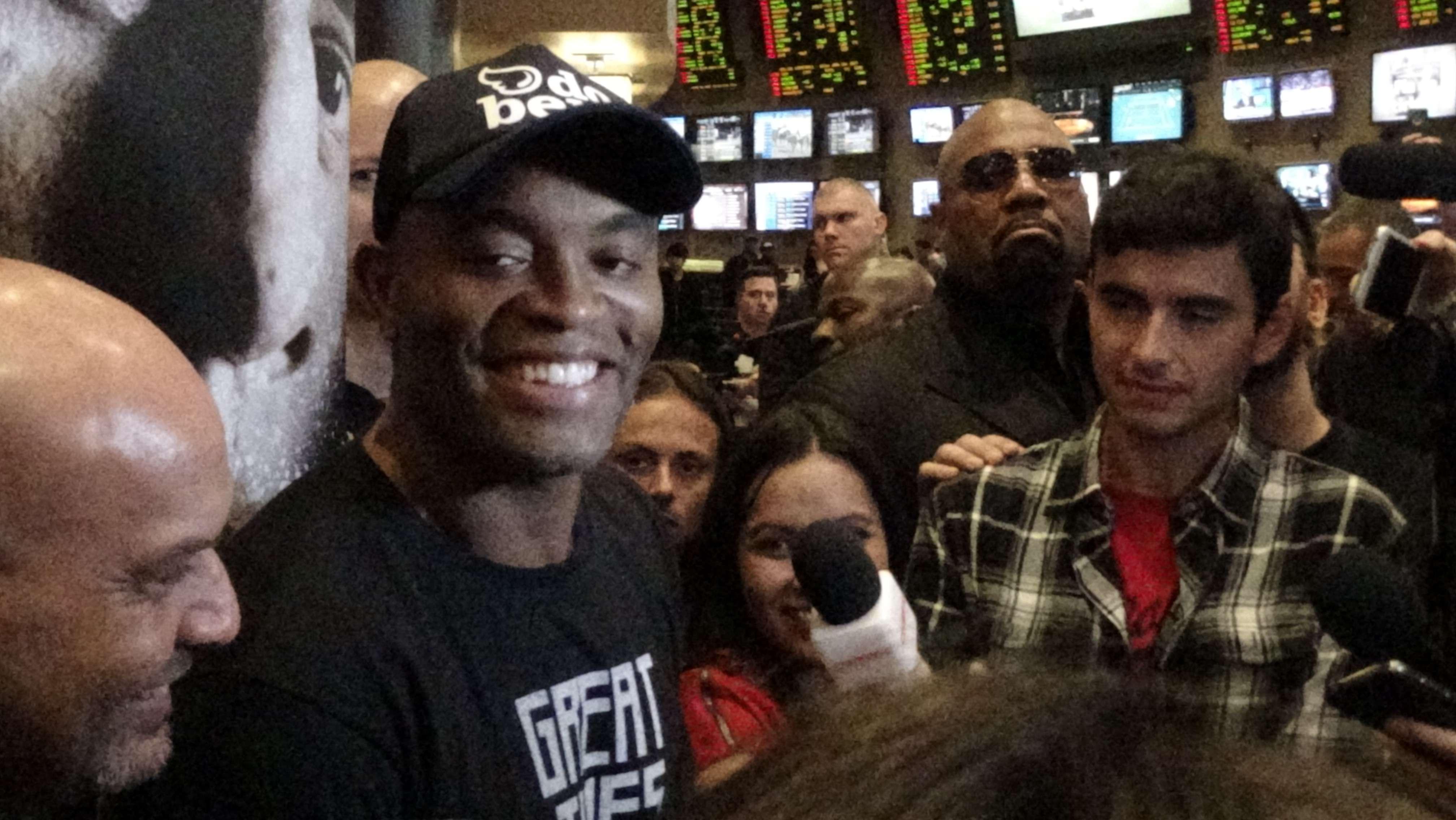 Anderson Silva mostra bom humor após treino aberto do UFC 183 Foto: Guilherme Dorini/Terra