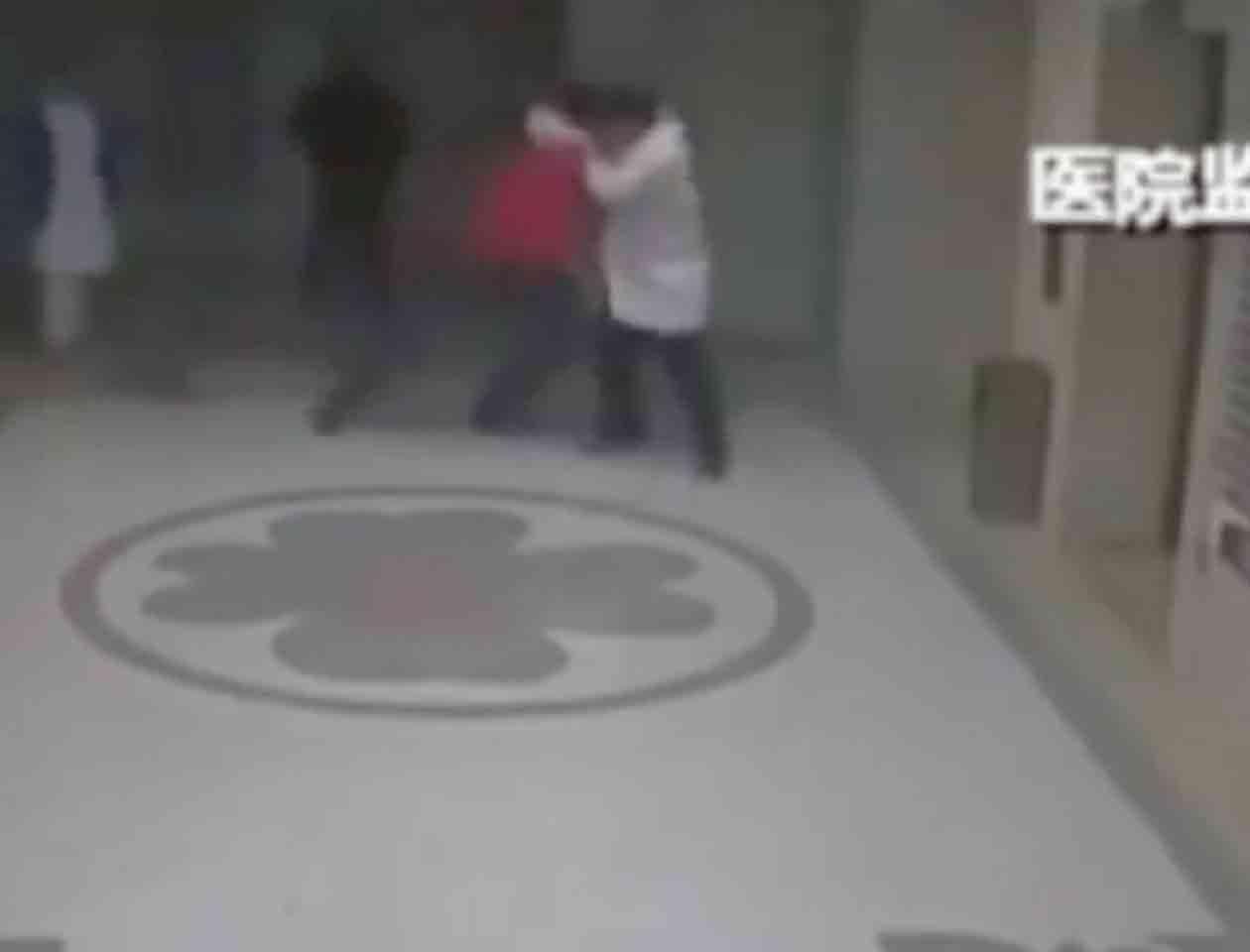 Los dos individuos murieron al instante debido al impacto de la caída Foto: Imagen tomada de YouTube