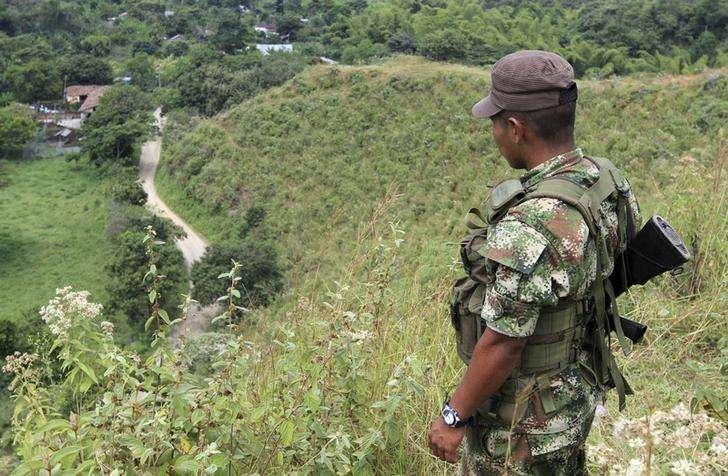 Imagen de archivo de un guerrillero de las FARC vigilando la liberación de unos rehénes en la provincia de Monte Alegre, Colombia, feb 15 2013. El máximo líder de las FARC, Rodrigo Londoño, dijo que no siente que la firma de un acuerdo final de paz con el Gobierno de Colombia para acabar con un viejo conflicto armado esté cerca, y aseguró que la ofensiva militar que enfrenta esa guerrilla pese a una tregua unilateral hace difícil la continuidad del proceso. Foto: Jaime Saldarriaga/Reuters
