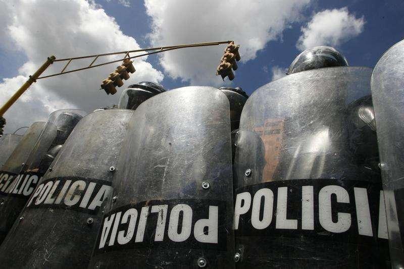 ATENCION EDITORES - COBERTURA VISUAL DE ESCENAS CON HERIDOS O MUERTOS Policías junto al cadáver de su colega del estado de Anzoátegui Mario Figueroa tras ser abatido a tiros en Barcelona, Venezuela. El policía venezolano Edgar Pérez, de 41 años, regresó a su casa, en las afueras de Caracas, tras una larga jornada nocturna del que terminaría siendo su último día de servicio. El policía venezolano Edgar Pérez, de 41 años, regresó a su casa, en las afueras de Caracas, tras una larga jornada nocturna del que terminaría siendo su último día de servicio. Foto: Stringer/Reuters