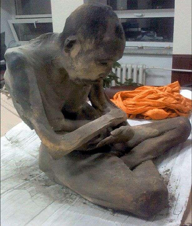 A múmia, em posição de meditação, foi encontrada intacta nesta semana Foto: The Mirror/Reprodução