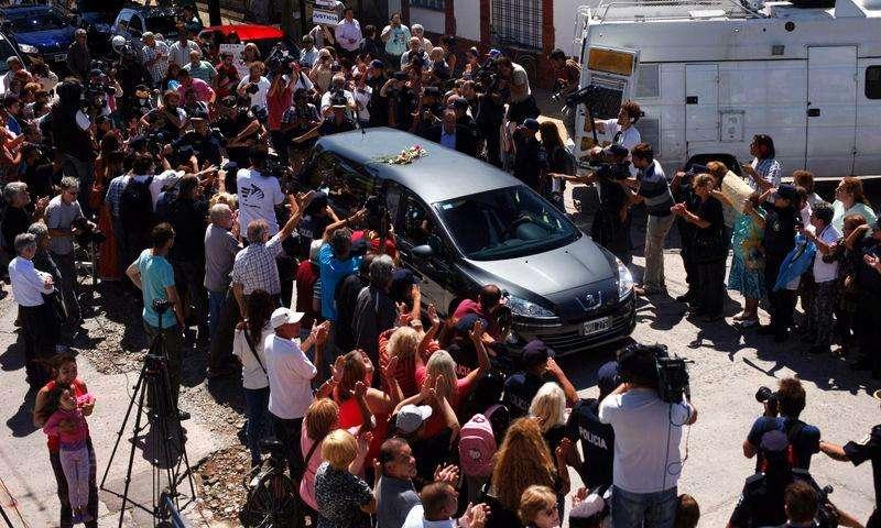 Carro fúnebre com corpo do promotor argentino Alberto Nisman chega ao cemitério La Tablada, nos arredores de Buenos Aires, na Argentina, nesta quinta-feira. 29/01/2015 Foto: Martin Acosta/Reuters