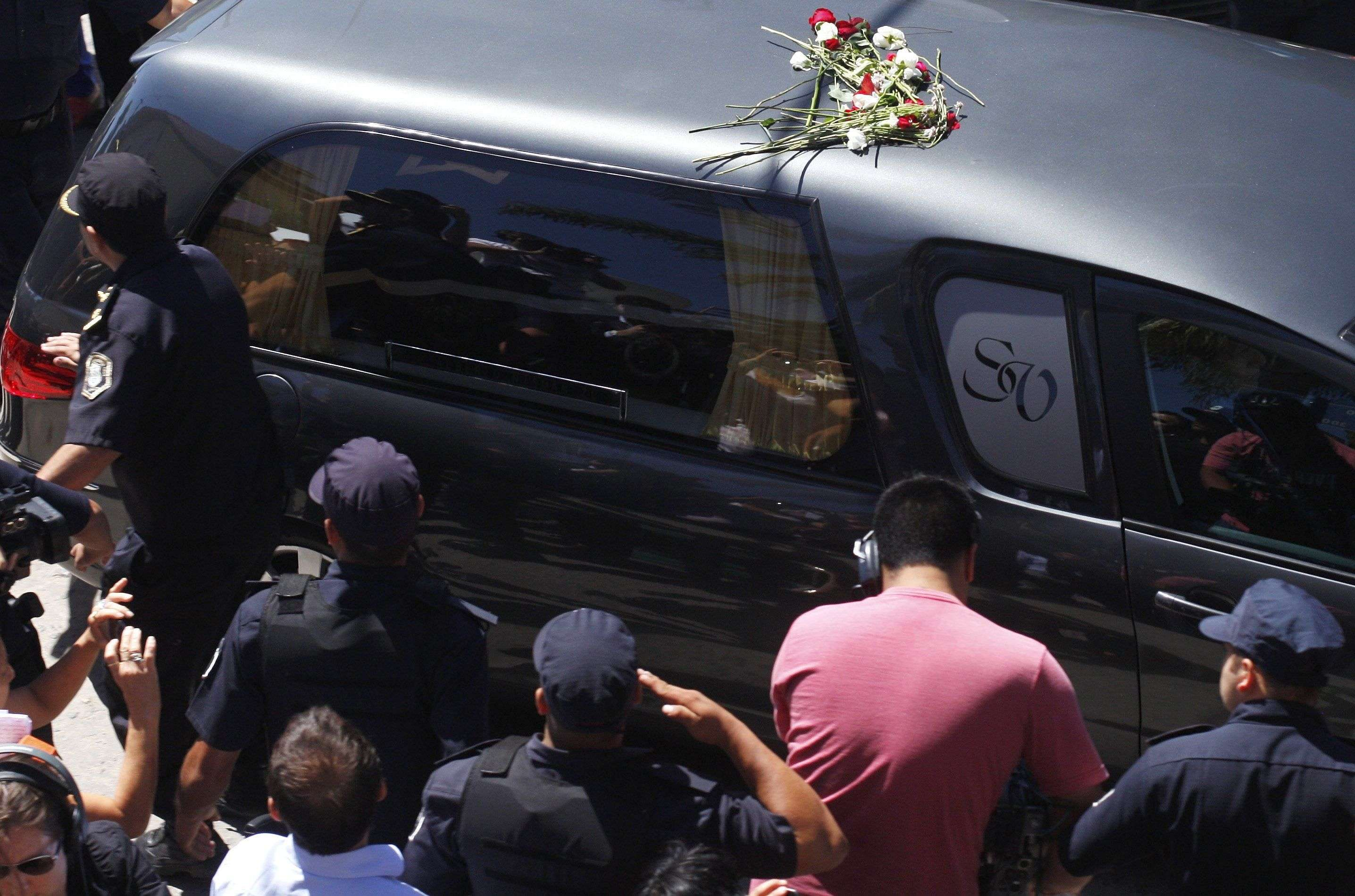 El cortejo fúnebre estuvo acompañado de un fuerte operativo policial Foto: Reuters