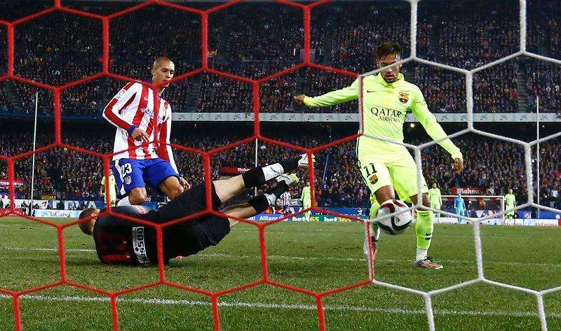 Barcelona's Neymar (R) scores his second goal past Atletico Madrid's goalkeeper Jan Oblak (C) and Joao Miranda during their Spanish King's Cup quarterfinal second leg soccer match at Vicente Calderon stadium in Madrid January 28, 2015. REUTER/Sergio Perez. Foto: Reuters