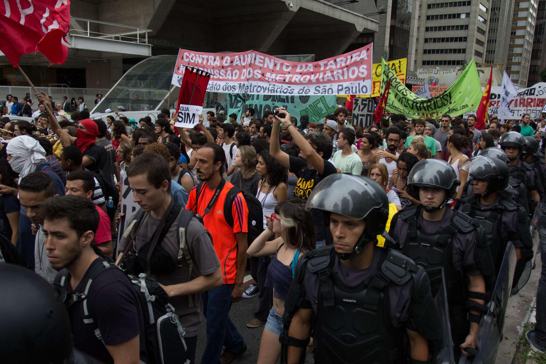 Segundo o MPL, cerca de 5 mil ativistas participam do ato. A Polícia Militar contabilizou 1 mil pessoas, entre eles, 40 integrantes do grupo Black Bloc Foto: Leonardo Benassatto/Futura Press