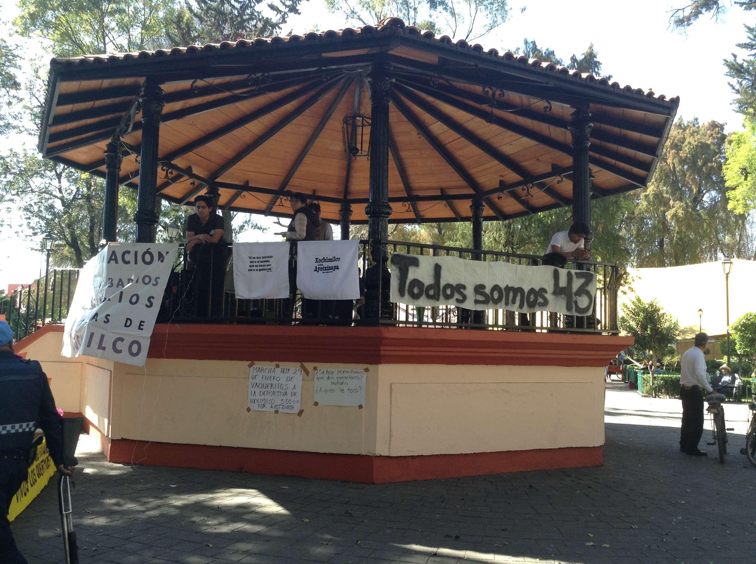 El Dr. Jorge Antonio Montemayor Aldrete, Investigador Titular del Instituto de Física de la UNAM dio una plática junto con normalistas y familiares de los 43 estudiantes desaparecidos en Ayotzinapa en el Kiosko del centro de Xochimilco a las 14:00 horas. Posteriormente se integró a la marcha de la Glorieta de Vaqueritos al Deportivo Xochimilco. Hace un mes, en conferencia de prensa, el investigador señaló que la presunta cremación de los 43 estudiantes normalistas de Ayotzinapa en el basurero de Cocula, Guerrero, es algo imposible. Foto: Verónica Ortiz Narváez/Terra México
