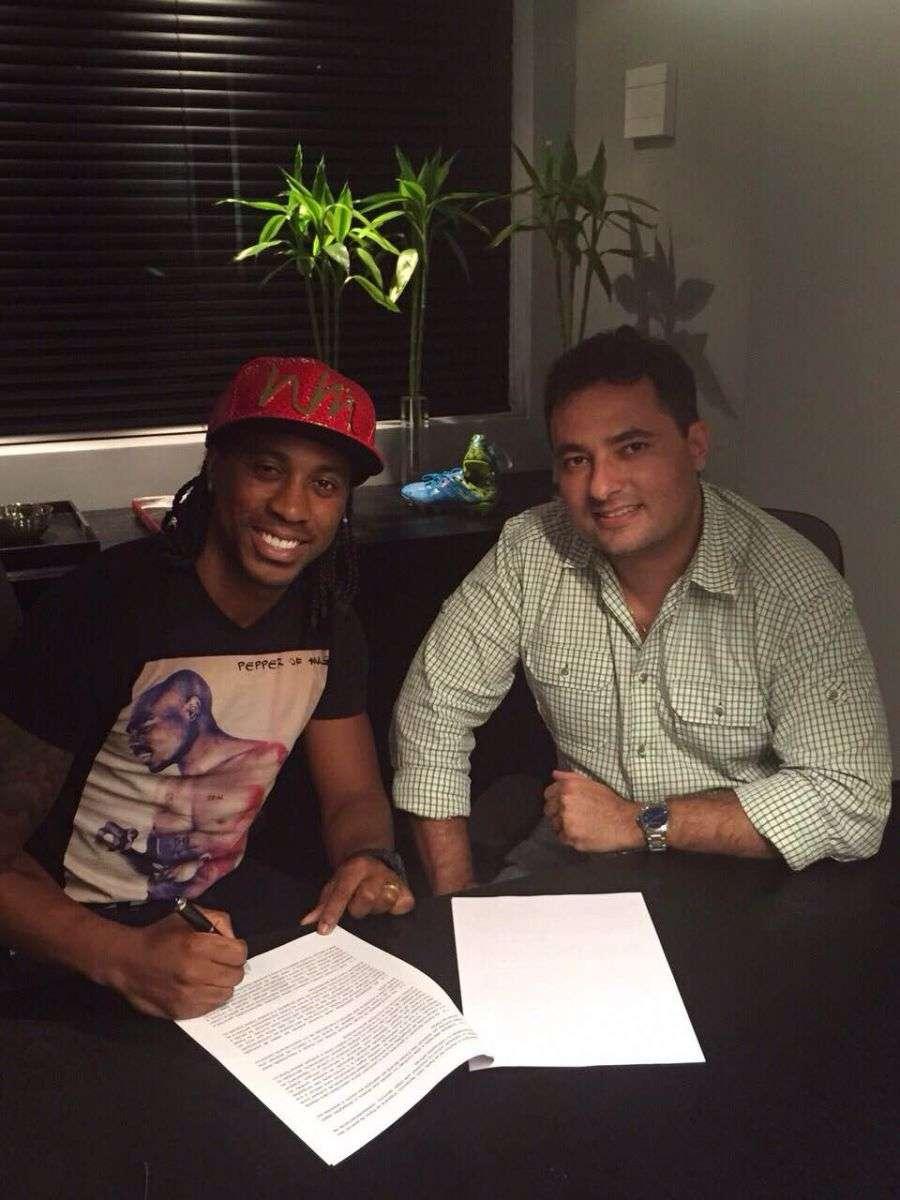 Arouca e Alexandre Mattos assinam acordo; 17º reforço para a temporada Foto: Divulgação