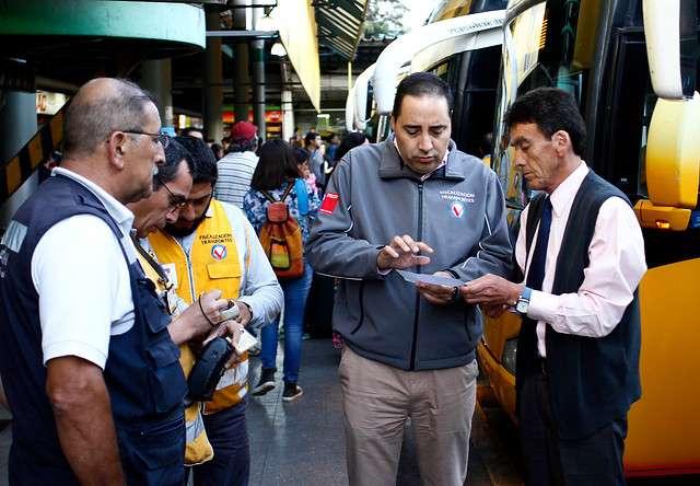 Pasajeros reciben recomendaciones antes de viajar durante la fiscalización en el terminal de buses Santiago previo al recambio de veraneantes, en el que se esperan que salgan unas 600.000 personas salgan de la capital Foto: Agencia Uno