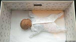 Con el colchón en el fondo, la caja se convierte en la primera cama del bebé. Foto: BBC Mundo