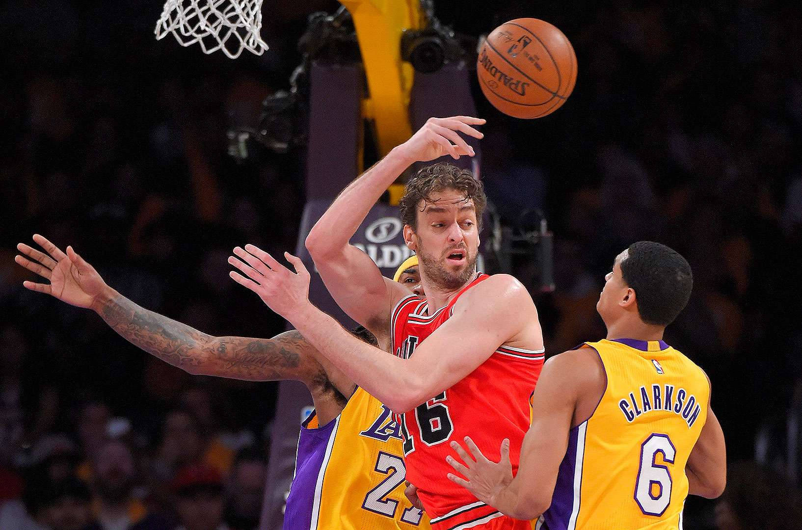 Los Lakers de Los Ángeles vencieron 123-118 a los Bulls de Chicago en el regreso de Pau Gasol al Staples Center. Foto: AP