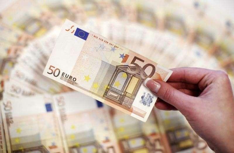 Funcionária de um banco mostra notas de 50 euros Foto: Dado Ruvic/Reuters