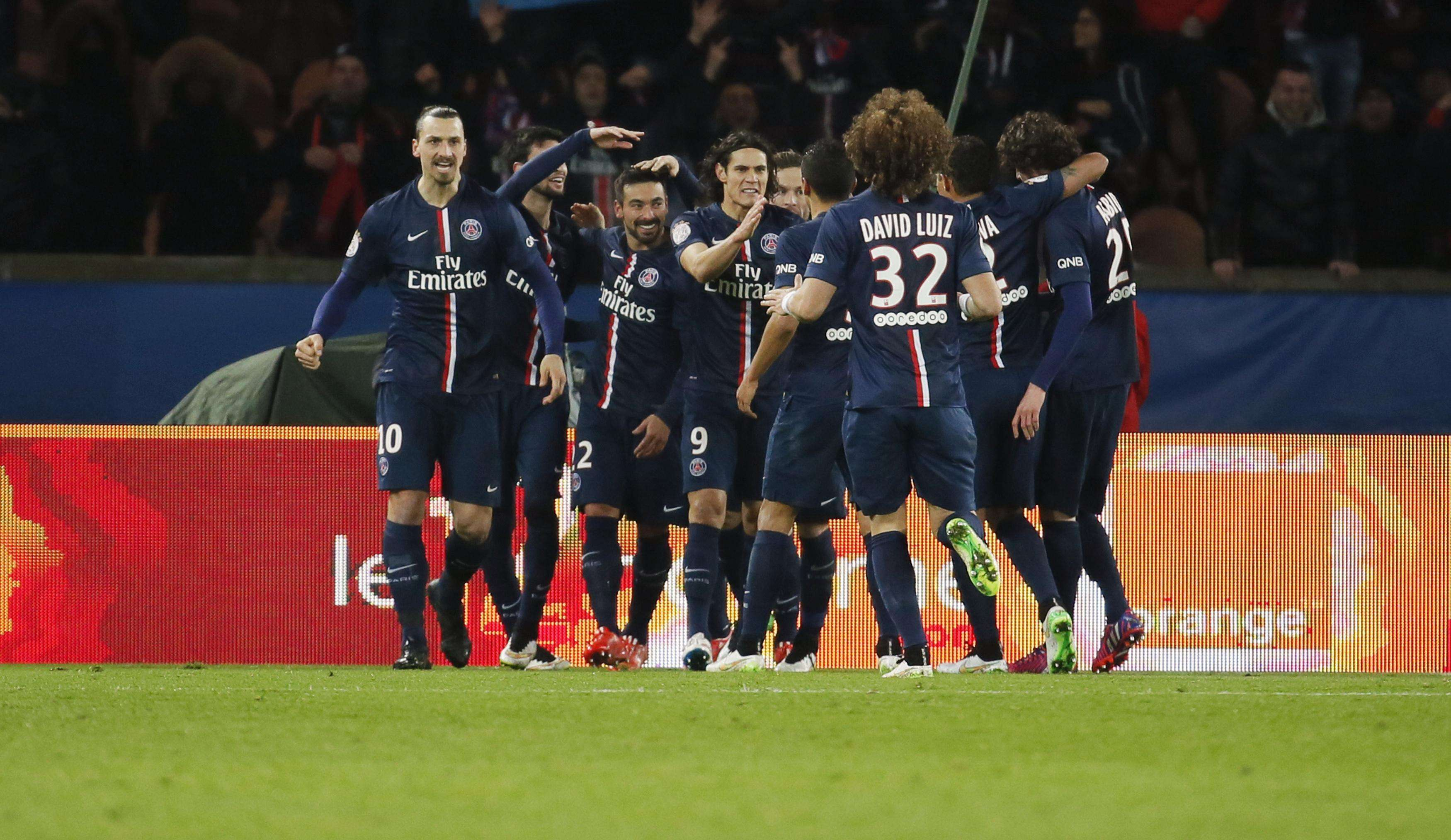 Paris St Germain's Ezequiel Lavezzi (3rd L) celebrates with team mates after scoring during their French Ligue 1 soccer match against Stade Rennes at Parc des Princes stadium in Paris January 30, 2015. REUTERS/Gonzalo Fuentes (FRANCE - Tags: SPORT SOCCER) Foto: GONZALO FUENTES/REUTERS