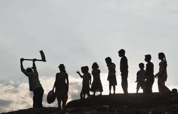Silhuetas de crianças junto de um trabalhador às margens do Rio Ganges. Centenas de crianças traficados e escravizados foram resgatados pela polícia durante uma série de inspeções na cidade de Hyderabad Foto: Jitendra Prakash/Reuters