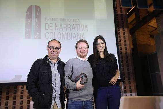 Entrega del premio a Costaín (centro). Foto: Caracol Televisión/Archivo particular