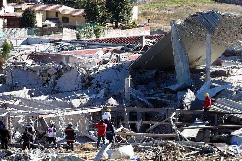 Trabajadores de rescate vistos en el sitio de una explosión en un hospital materno infantil en Ciudad de México, 29 enero, 2015. Una explosión de gas destruyó el jueves gran parte de un hospital materno infantil en la periferia de la Ciudad de México, dejando al menos siete muertos, cuatro de ellos niños, informó Protección Civil. Foto: Edgard Garrido/Reuters